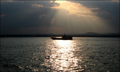 우도 우도항을 출발한 막배와 노을바다. 우도는 테마 섬여행 Best 15 중 하이킹 부분에 선정됐다.
