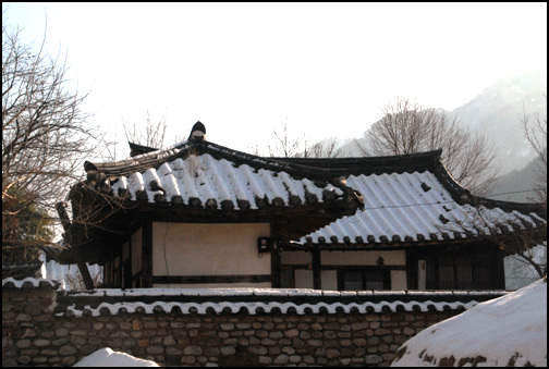 돌담 돌담이 아름다운 집. 충북 제천시 한수면 송계리에 소재한 김세균 판서고가는 아름다운 돌담이 눈길을 끈다.