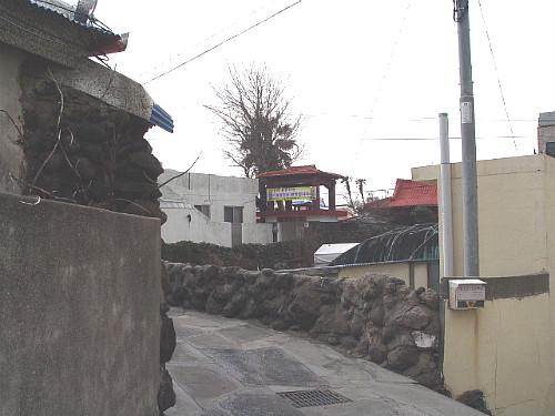 용화사 가는 골목길 걷기 어렵지 않은 동산길 따라 조금 걸으면 '용화사'에 닿는다
