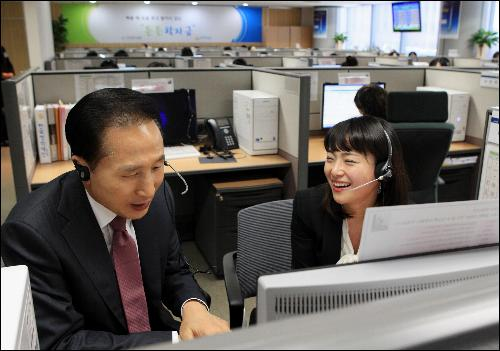 이명박 대통령이 '든든학자금' 대출 시행 첫날을 맞아 2일 오전 서울 남대문로 한국장학재단 콜센터에서 전화상담을 함께 하고 있다.