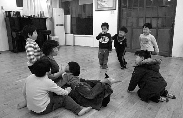 꼬리 잡기 놀이를 하는 아이들