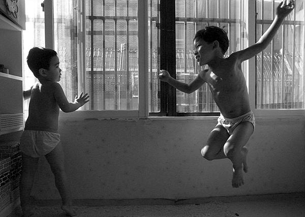 공기 일광욕을 하며 노는 아이들