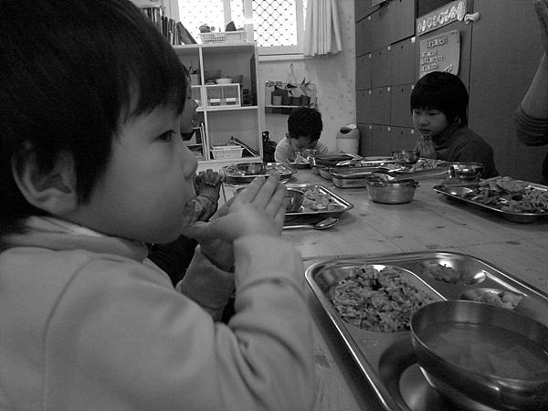 밥을 먹기 전 감사의 기도를 하는 아이들