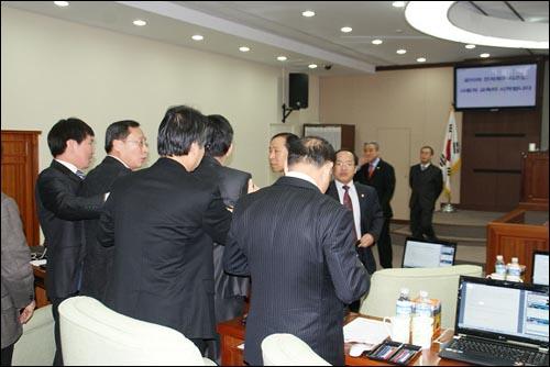 2일 오전 10시 30분께, 서울 노원구의회 본회의장에서 몸싸움을 벌어지자 일부 구의원들과 의회 직원 등이 만류에 나섰다.
