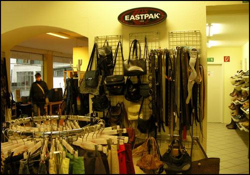 주력 상품인 옷과 관련 액세서리 오른쪽엔 신발코너, 왼쪽에는 가전제품과 가구 코너, 백화점이란 그 이름이 결코 무색하지 않다.