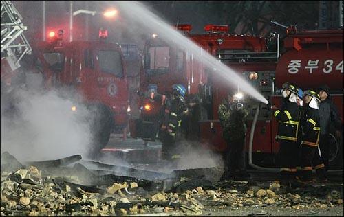 화재 현장에서 불길을 잡고 있는 소방관들
