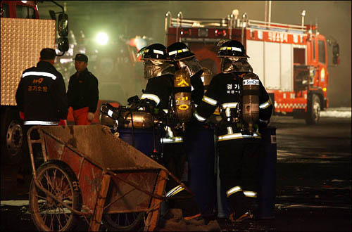 화재를 진압하고 있는 소방관들