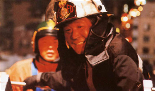 화재 현장에서 불 끄는데 열중하고 있는 소방관. 영화 '리베라메'의 한 장면