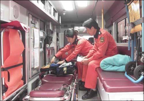 응급 구조를 위해 출동하고 있는  소방관들