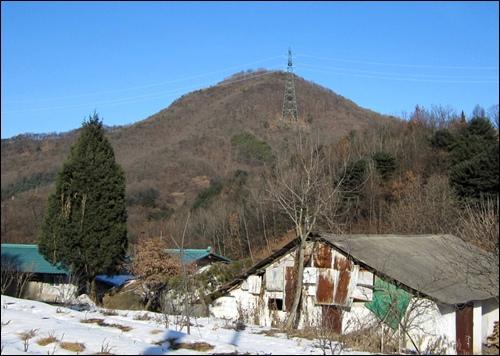 신원리 마을입구에서 바라본 부용산