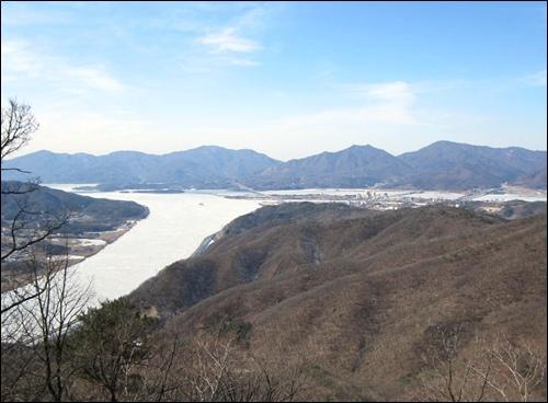 강물이 새하얗게 얼어붙어 있는 두물머리 풍경, 뒤로 보이는 산은 예봉산과 검단산