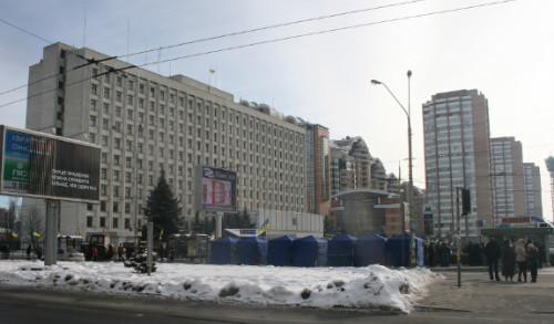 중앙선거관리위원회 건물 우크라이나 중앙선거관리위원회 건물이다. 빅토르 야누코비치 후보의 지지자들이 텐트를 친 채 며칠밤을 지새웠다. 선거 당일인 7일은 오전부터 지지자들이 몰려들었다. 오렌지 혁명 당시 승리했다고 선언했으나 중앙선관위와 법원의 유권해석에 의해 빅토르 유센코 후보가 대통령이 되었다. 2004년 당시 선거의 재현을 막으려는 노력이라고 전한다.
