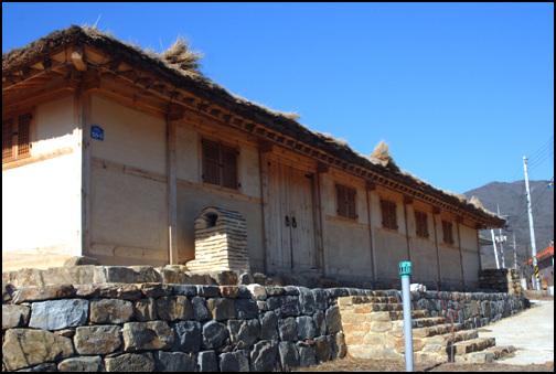 대문채 안성시 서운면 청룡리에 자리한 이해룡 고가. 현재 경기도 문화재자료 제73호로 지정이 되어있는 이 집은 지은 지가 220년이 자난 고택이다.