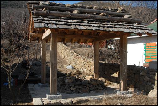 우물 안채 부엌 뒤에 자리한 우물. 돌을 막 쌓기를 하였다. 너와 지붕이 인상적이다.