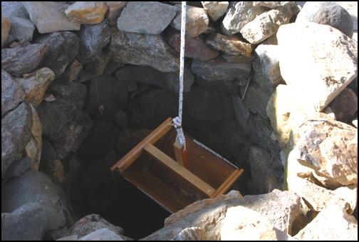 두레박 막 쌓기를 한 우물 안에 두레박이 걸려있다