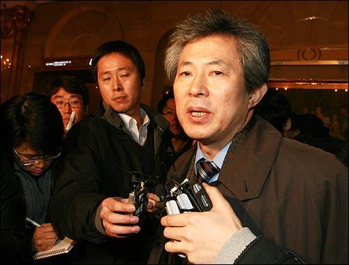 8일 오전 엄기영 MBC 사장이 기자들에게 사퇴하겠다고 밝히고 있다