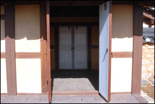 마루방 행랑채의 우측에 있는 마루방. 행랑채에 기거하는 남정네들의 작업 공간인 듯.