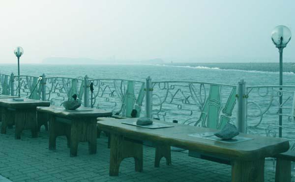 운치있는 바닷가 식당 2008년 파도가 덥쳐 대형사고가 일어난 바닷가 한 식당가. 안전지대와 더욱 운치있는 모습으로 재단장돼 있다.