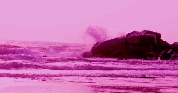 노을이 부서지는 파도와 갯바위 노을이 지는 해안선 갯바위에 파도가 거세게 부서지고 있다.