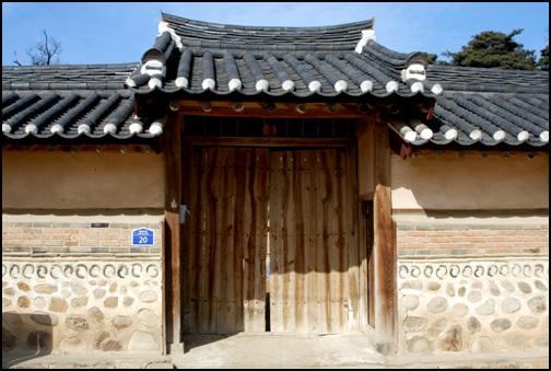 솟을대문 김기응가옥은 중요민속자료 제136호로 지정이 되어 있으며, 충북 괴산군 칠성면 율원리에 소재한다.