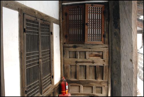 팔각기둥 음애 이자 고택의 사랑채에는 팔각기둥이 서 있다.