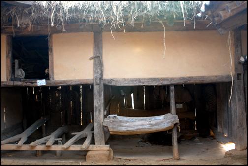 대문 다락 청풍문화재단지 안에 있는 지곡리 고가. 외양간과 방앗간 위에 다락을 드렸다.