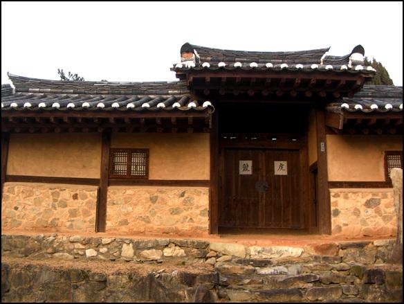 대문 옆에 난 쪽문 충북 음성에 있는 김주태 가옥. 솟을대문 우측으로 난 쪽문이 보인다.
