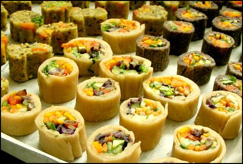설날 한인 모임에 준비해 간 음식 사진 바로 가까이에 보이는 두 가지 색 밀쌈과 한 입 볶음밥.