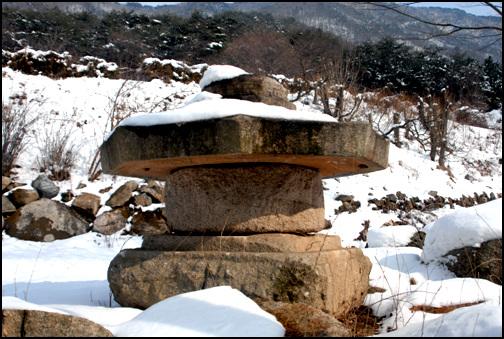 석물 경내 여기저기 놓인 석물에서 이 절의 깊은 역사를 볼 수 있다.