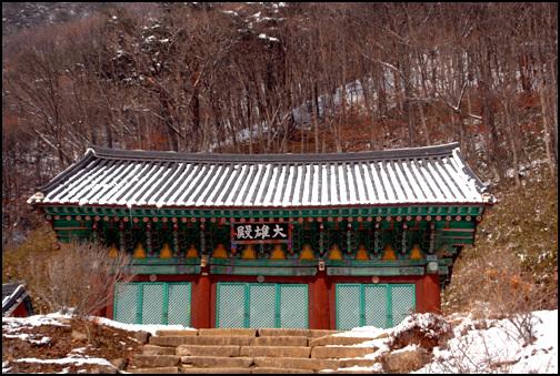 대웅전 대웅전은 충북 유형문화재 제126호로 지정이 되어있다.