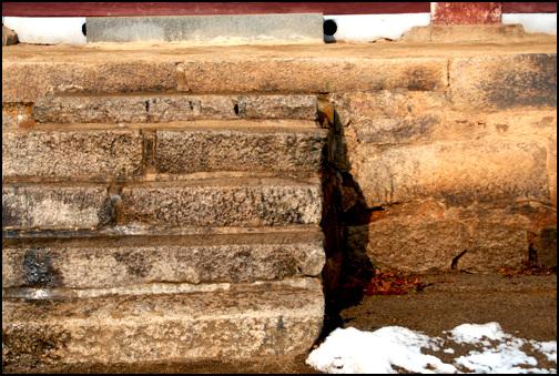 기단 댕우전은 기단을 높이 쌓고 올렸는데, 기단을 쌓은 장대석에서도 역사를 가늠할 수 있다.