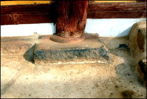 주추 네모난 자연석에 위를 둥근형태로 도드라지게 조상하였다.