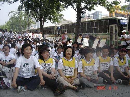 2005년 6월 어린이 걷기대회에 참가한 배옥병 상임대표(첫줄 왼쪽에서 3번째)