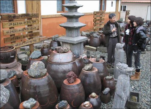 슬비와 예슬이가 김성우 와보랑께박물관장으로부터 전라도 사투리에 대한 얘기를 듣고 있다.