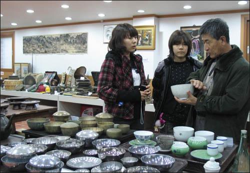 슬비와 예슬이가 김성우 관장으로부터 옛날 생활과 식습관에 대한 얘기를 듣고 있다.