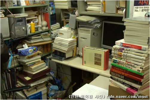 책방 일꾼 자리. 책방 일꾼 앉는 자리는 아주 좁고, 둘레에는 책으로 가득합니다.