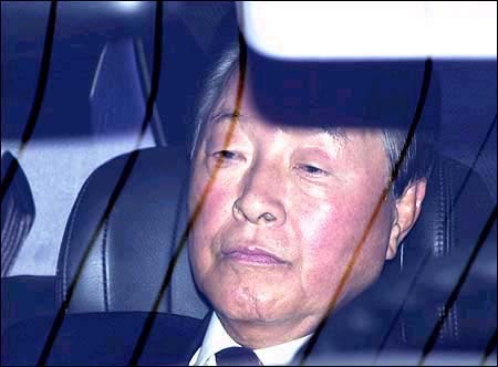 2000년 10월 13일 고려대 정문에서 학생들에게 막혀 차 안에서 대기하고 있는 김영삼 전 대통령