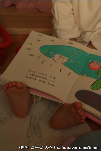 책을 넘기는 아이 손을 보고, 책을 얹어 놓은 무릎 끝으로 보이는 아이 발을 봅니다. 사람한테 손과 발은 다름 몸붙이와 마찬가지로 얼마나 고맙고 아름다운 곳일는지요.