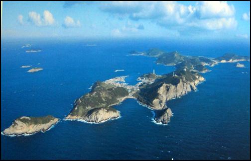 항공사진(신양항 대합실에서 촬영) 추자도 항공사진이다. 푸른 바다와 하늘을 배경으로 섬이 아름답기는 한데, 섬에 평지가 적어서 농사지을 땅이 부족하다.