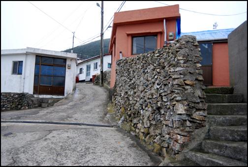 마을안길 마을안길은 한 사람이 겨우 다닐 만큼 비좁다. 역시 이웃한 집들끼리 서로 가까이 의지해 바람의 피해를 줄여보려는 의도에서 만들어진 것이다.