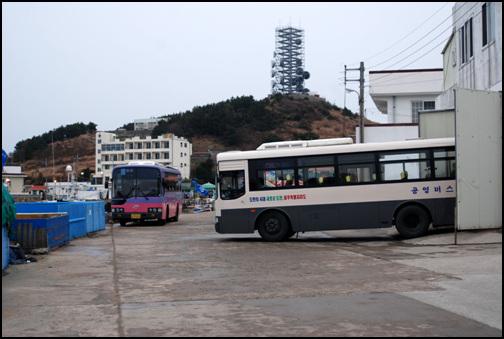 버스 두 대 상추자도와 하추자도를 오가는 버스들이다. 두 대의 버스가 서로 시간을 나눠서 운행하기 때문에 두 대 중 한 대는 항상 주차 중이다.
