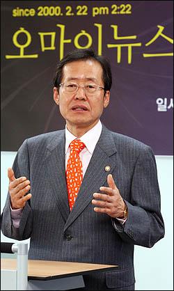 홍준표 한나라당 의원이 22일 창간10주년을 맞은 <오마이뉴스> 본사를 방문해 축사를 하고 있다.
