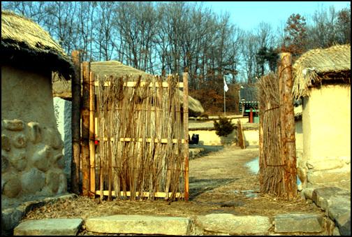 싸리문 증평 덕곡리에 있는 연병호 생가의 싸리문. 충청북도 기념물 제122호로 지정이 되어 있다.