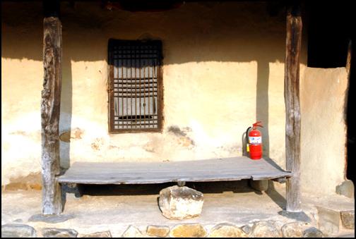 툇마루 방문 앞에 마련한 툇마루는 일반 판자로 마련되어 있다.