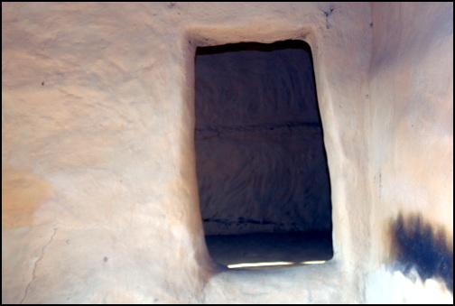 방문 큰방과 윗방을 연결하는 문은 문짝이 없고, 토굴문처럼 조성되었다.