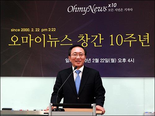 노회찬 진보신당 대표가 22일 오후 창간 10주년을 맞은 서울 상암동 <오마이뉴스> 편집국을 방문해서 인터넷 생중계로 축하 메시지를 네티즌들에게 전하고 있다.