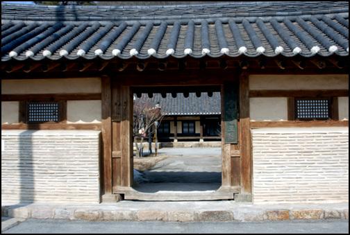 대문 대문 외벽은 기와로 선을 넣어 아름답다. 우측에는 '충북양노원'이라는 간판이 걸려있다.