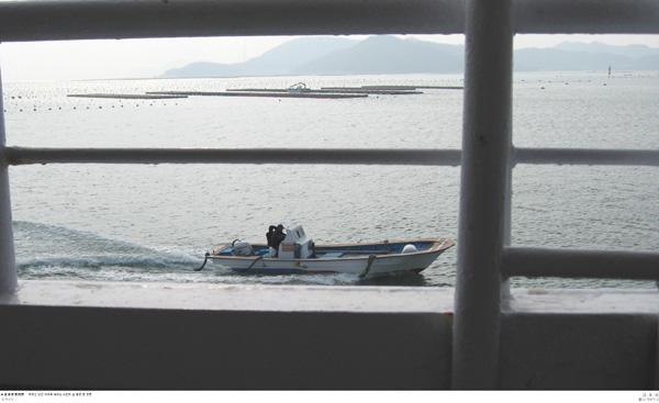 섬 풍경 몇 장면 여객선 난간 사이로 보이는 소안도 섬 풍경 몇 장면