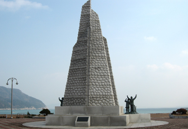 항일운동 기념탑 바다를 배경으로 펼쳐지는 항일운동 기념탑