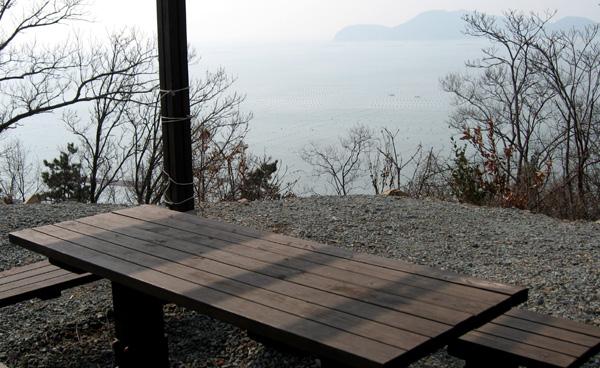 해안도로 쉼터에서 본 바다 물치기미 쉼터에서 바라 본 드넓은 바다의 양식장과 멀리 보이는 부속섬 당사도